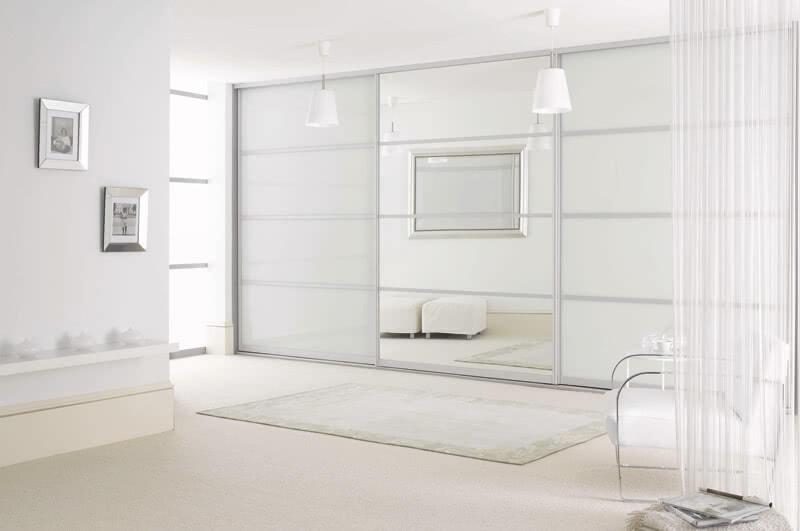 Белый шкаф-купе с зеркалом в интерьере фото