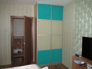 Компактный шкаф с пленкой Оракал бирюзового цвета в комнату