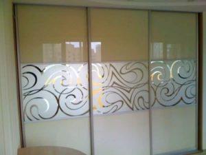 Шкаф купе со стеклом Лакобель и пескоструйным рисунком