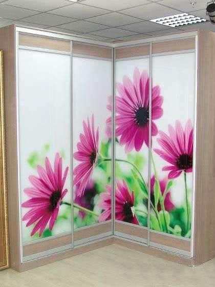 Угловой шкаф купе с цветами