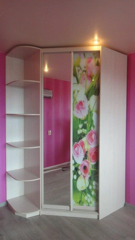 Шкаф купе угловой в маленькую комнату