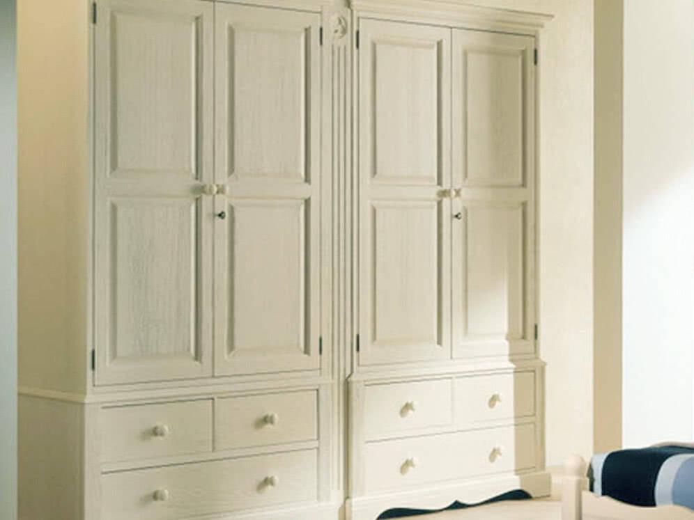белый шкаф купе с выдвижными ящиками