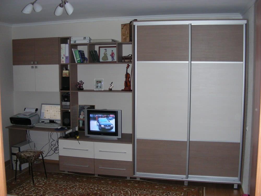 Гостиная со шкафом купе и компьютером