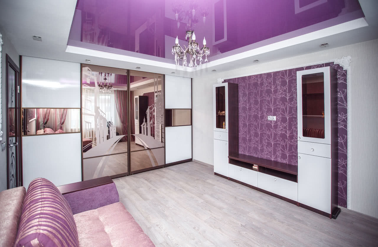 Интерьер гостиной со встроенным во всю стену шкафом купе