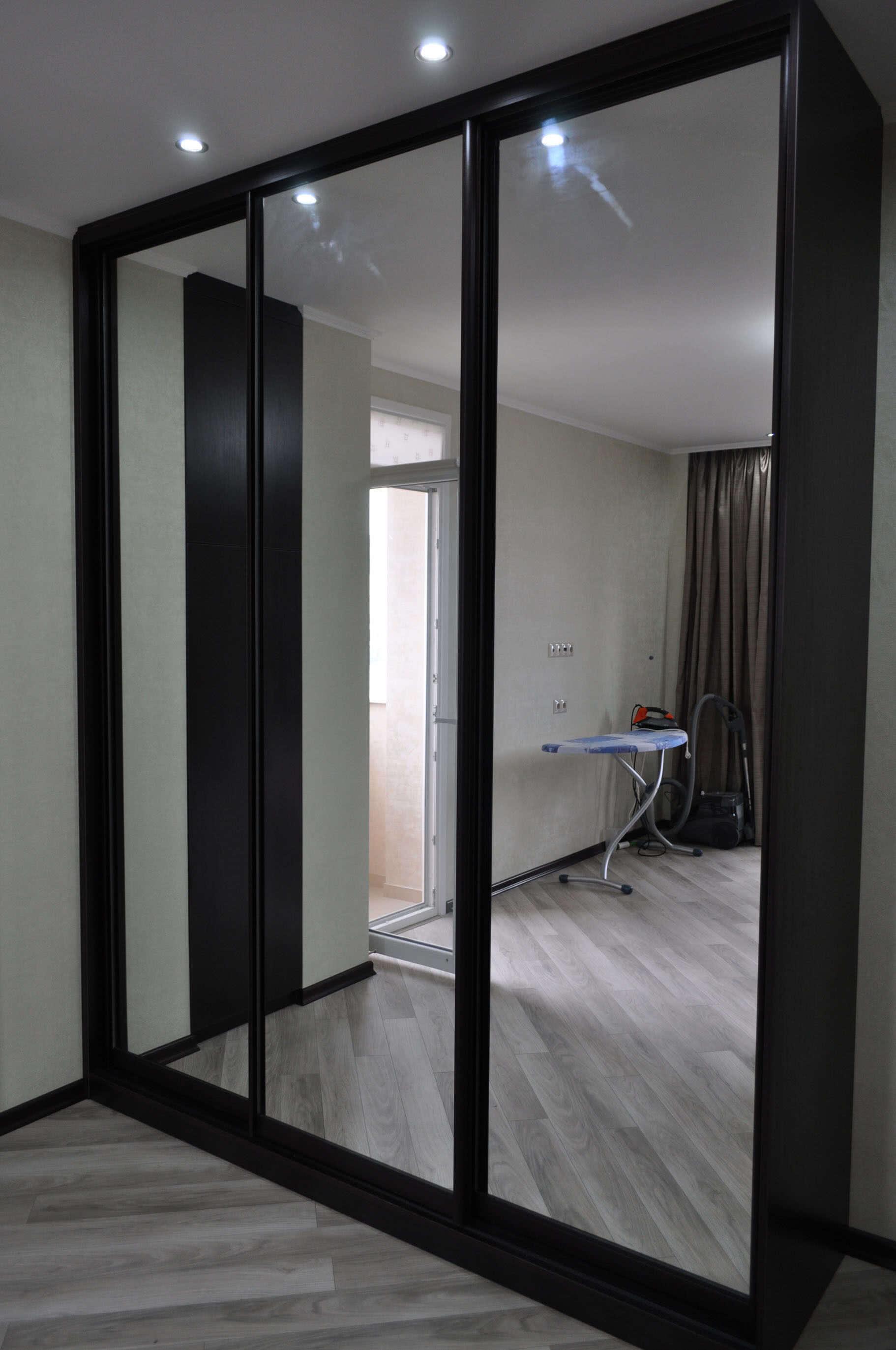 Шкаф купе черный с зеркалом