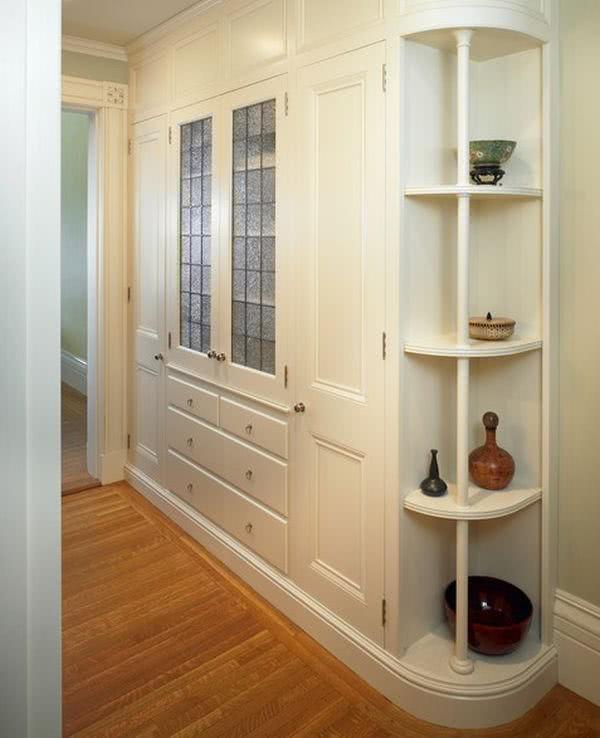 Узкий коридор со шкафом купе в классическом стиле
