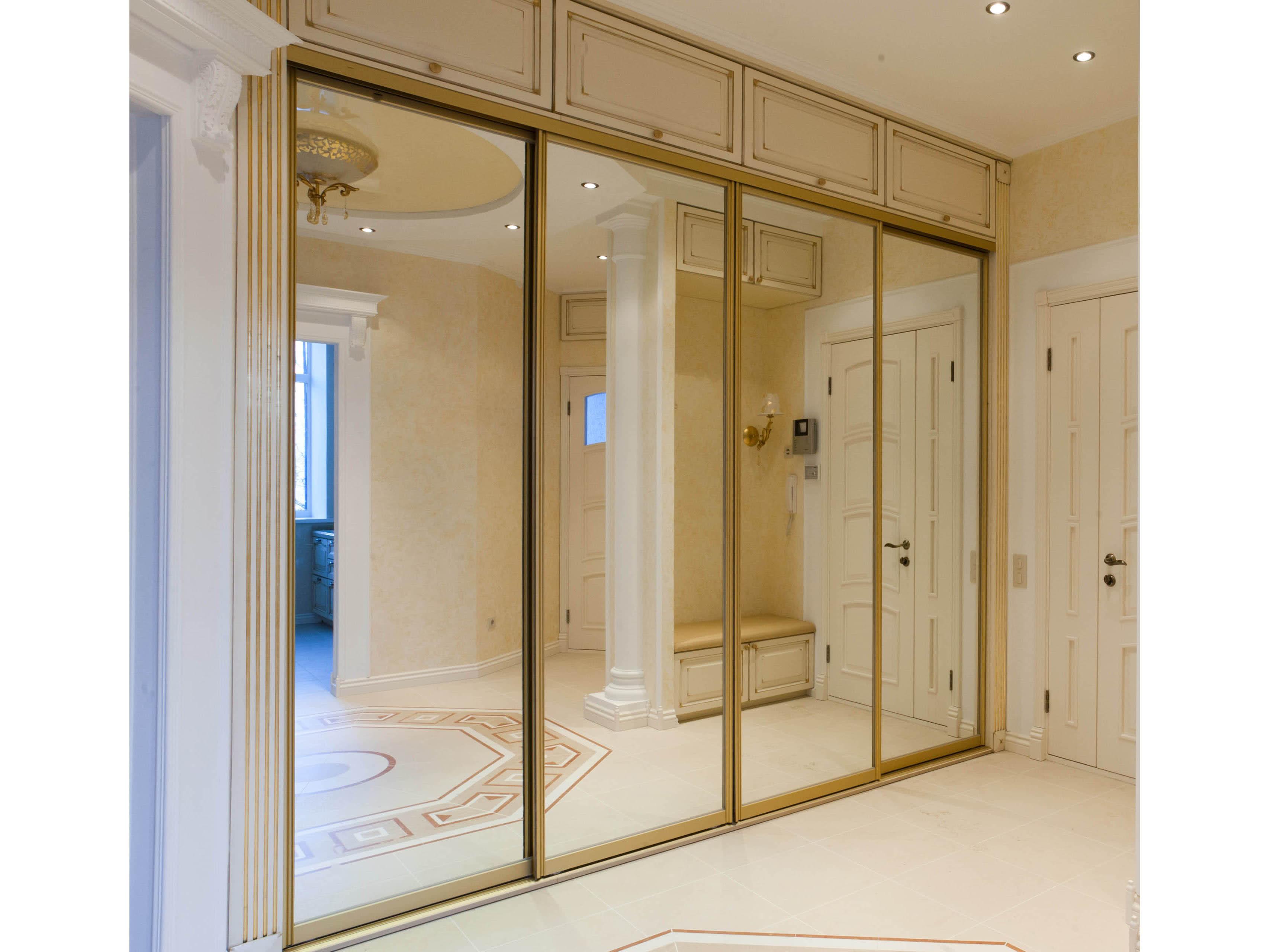 Встроенный шкаф купе в классическом стиле с зеркальными дверями купе