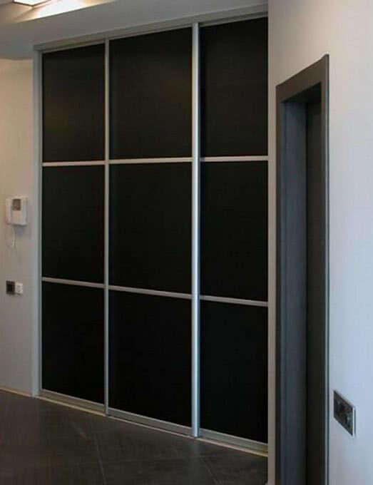 Встроенный чёрный шкаф купе на заказ
