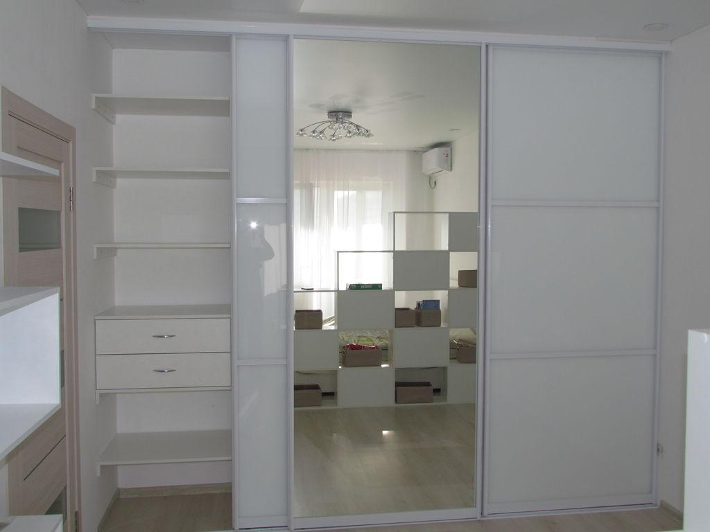 Встроенный белый шкаф купе в комнату с зеркалом