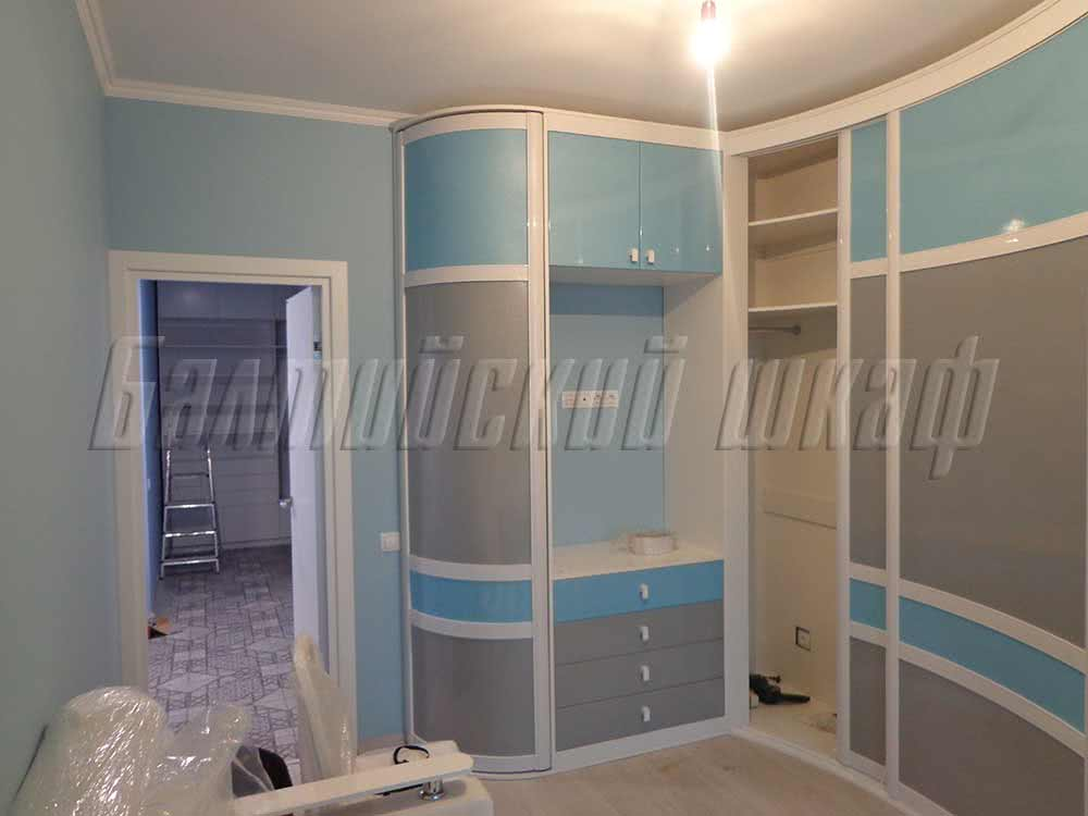 Большой радиусный шкаф купе  с комодом и распашными антресолями