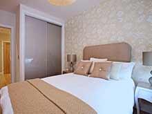 Встроенный шкаф купе в спальне с матовыми стеклами