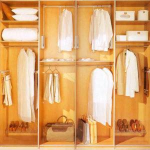 размещение одежды в шкафах купе