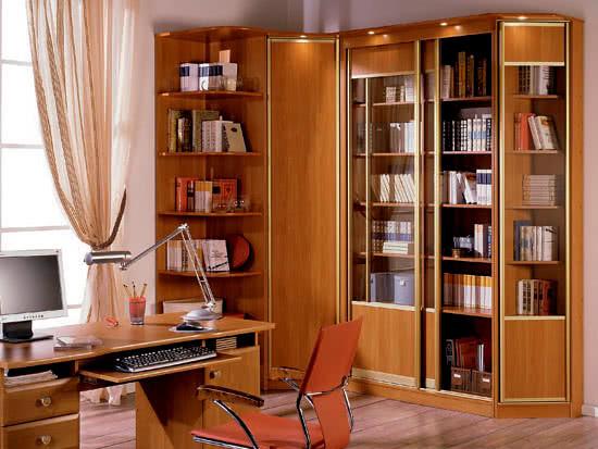 Угловой книжный шкаф с распашными дверями, подсветкой и консолью в кабинет