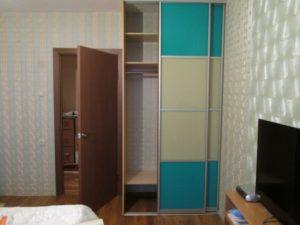 Компактный двухдверный шкаф купе с пленкой Оракал бирюзового цвета в комнату