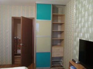 Компактный двухдверный двухсекционный шкаф купе с пленкой Оракал бирюзового цвета в комнату