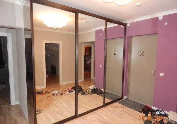 Зеркальный встроенный шкаф-купе в коридор