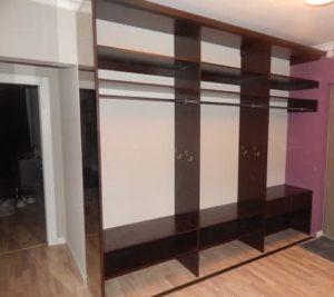 Трех секционный встроенный шкаф купе с зеркальными дверями в коридор