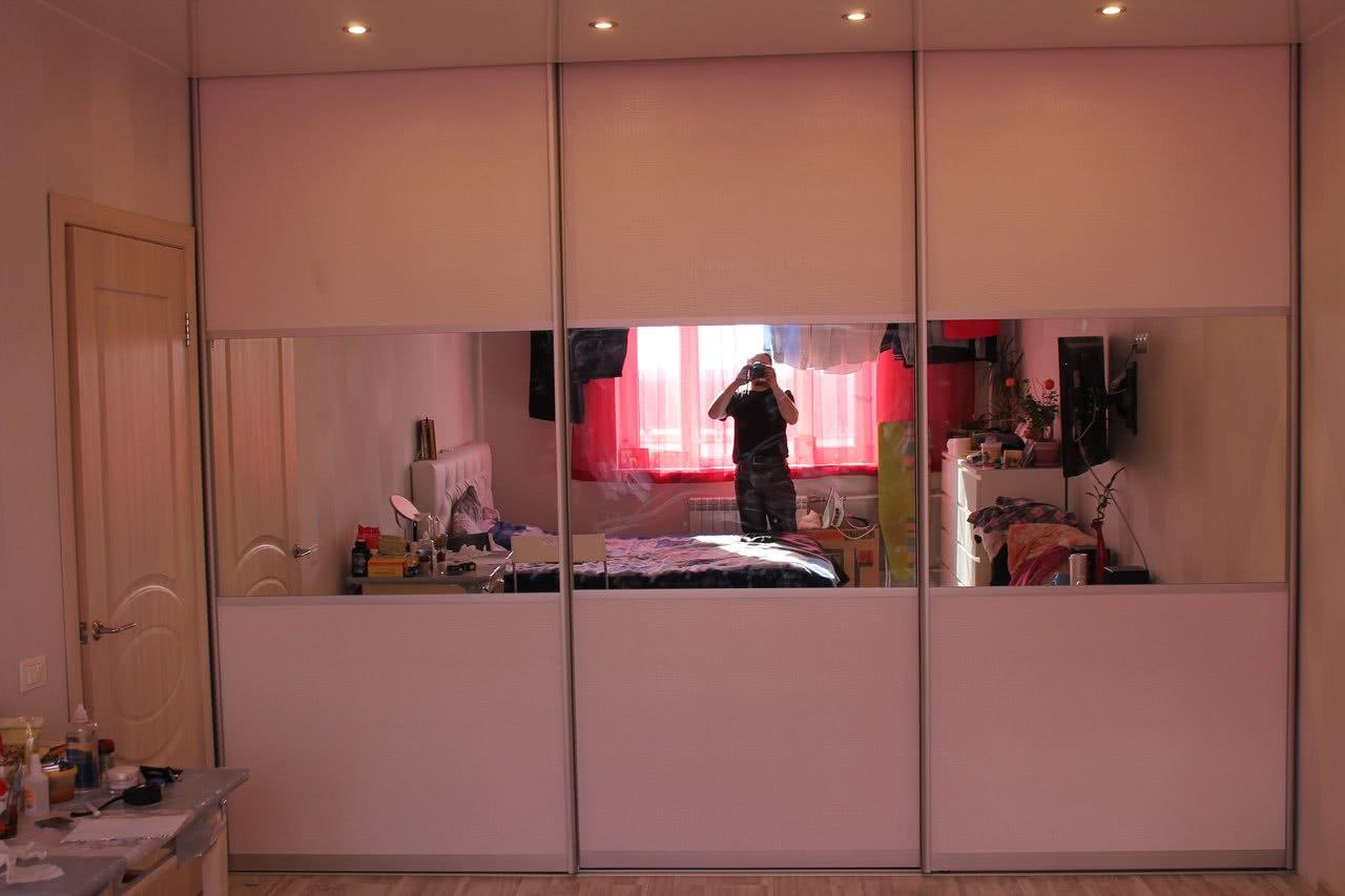 Белый зеркальный распашной шкаф в классическом стиле для узкой прихожей