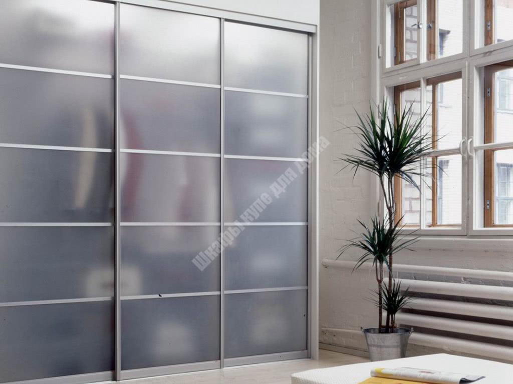 Встроенный шкаф с матовым стеклом