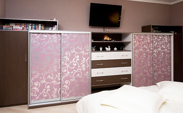 Низкий шкаф купе с комодом в спальню