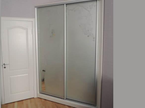 Угловой шкаф купе в маленькую комнату