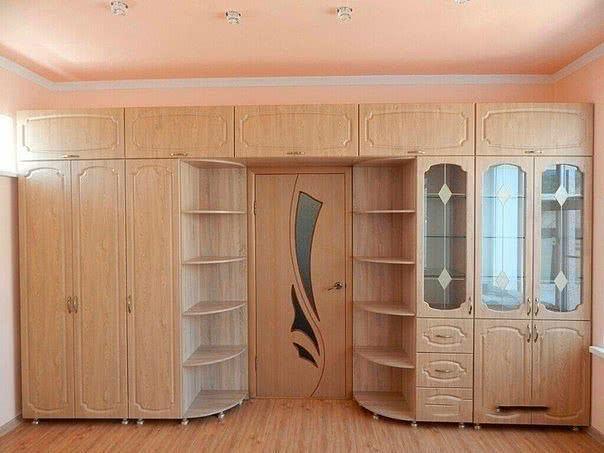 Распашной  шкаф купе во всю стену