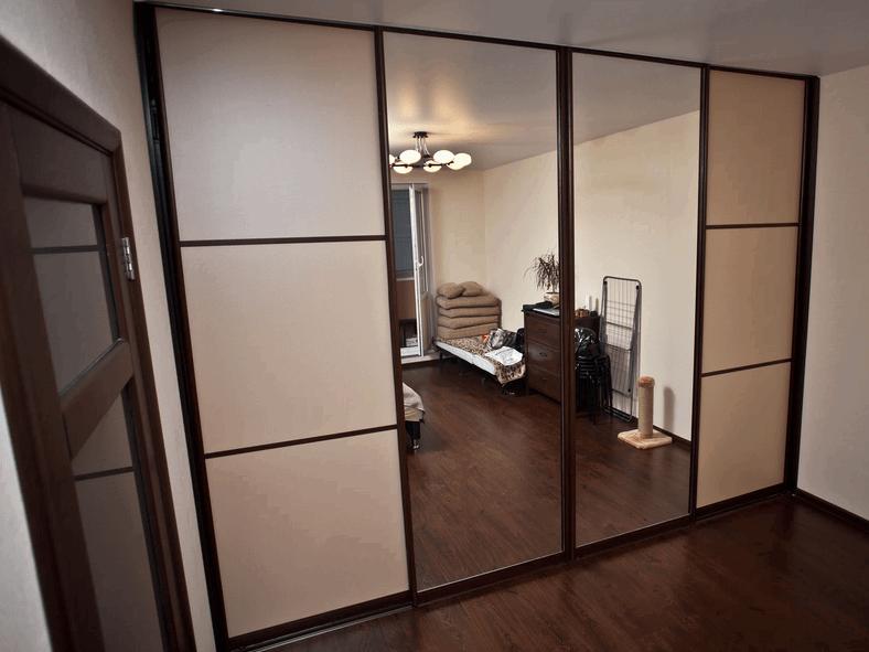 Встроенный зеркальный шкаф-купе в комнату