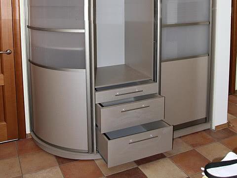 Шкаф купе с радиусной дверью и выдвижными ящиками