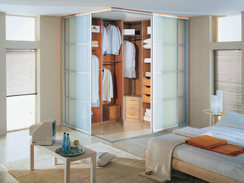 Угловая встроенная гардеробная комната на заказ