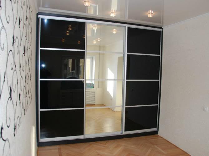 Шкаф купе с чёрным стеклом