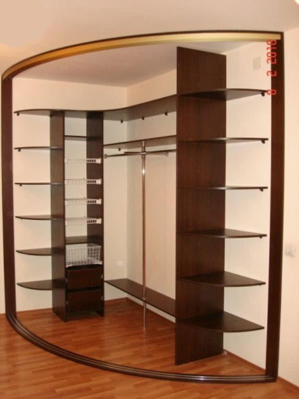Встроенный радиусный шкаф купе в прихожую пример внутреннего наполнения