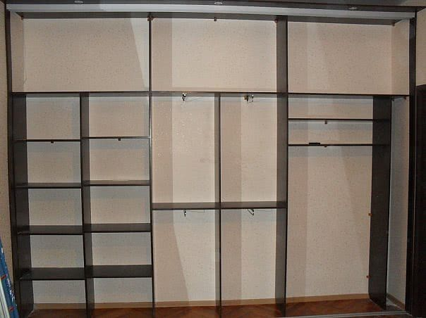 Встроенный узкий шкаф купе в прихожую пример внутреннего наполнения