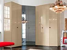 Распашной угловой шкаф бежевого цвета с зеркалом