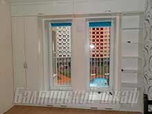 Распашной шкаф белого цвета встроенный вокруг окна с антресолями