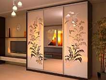 Трехдверный шкаф купе с пескоструйным рисунком для гостиной