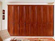 Встроенный в нишу шкаф с распашными дверями на заказ