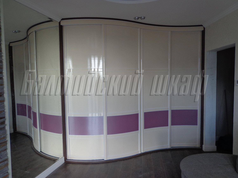 Большой встроенный радиусный шкаф купе для комнаты