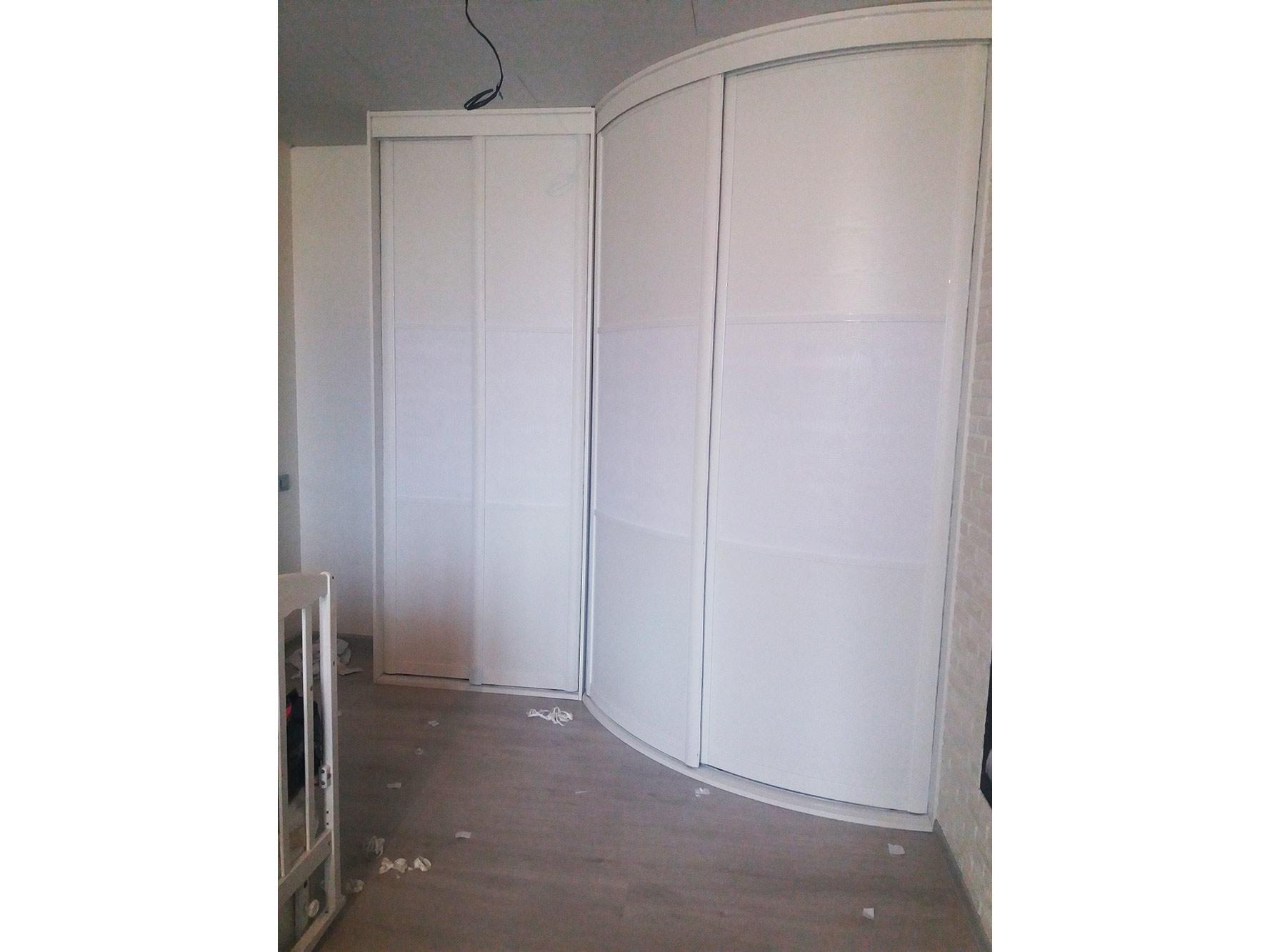 Белые радиусные угловые шкафы-купе в спальню