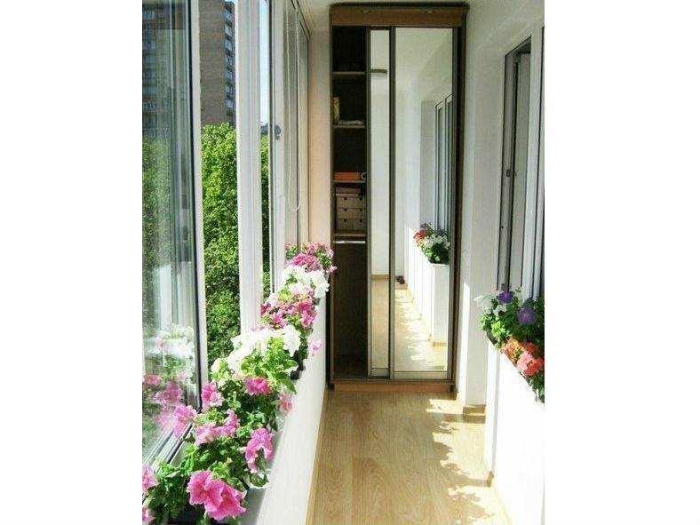 Зеркальный встроенный шкаф-купе на балкон