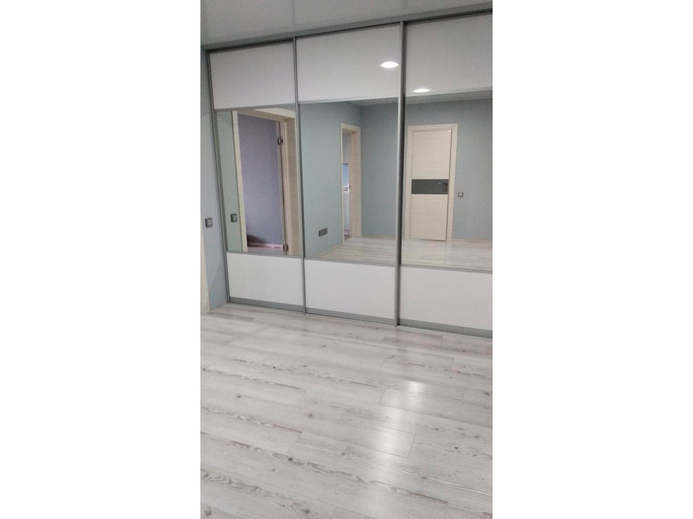 Трехдверный белый зеркальный шкаф-купе