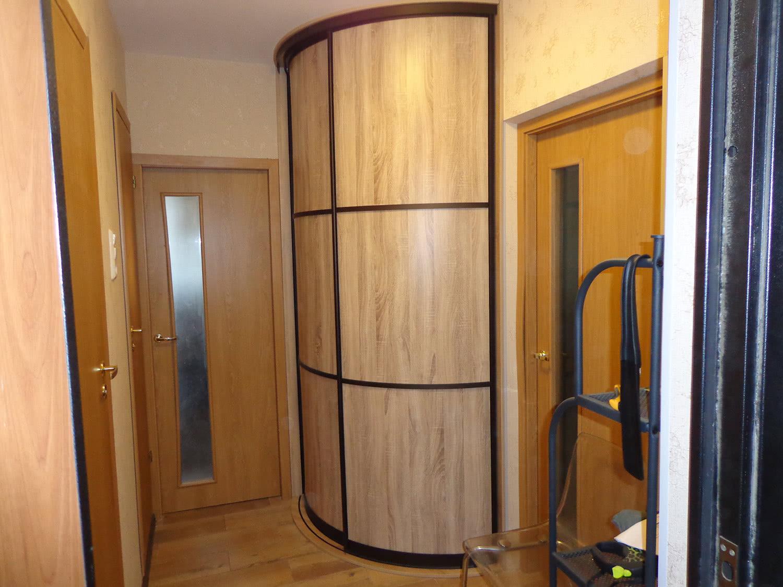 Недорогой встроенный радиусный шкаф-купе в коридор
