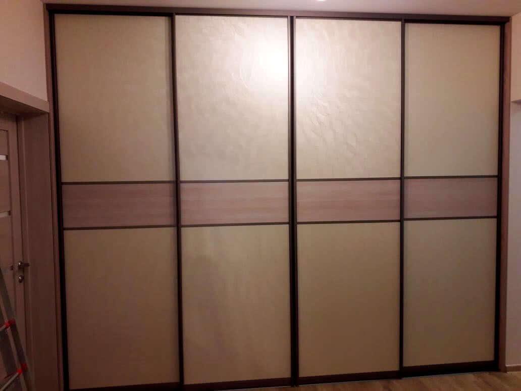 Встроенный во всю стену коридора шкаф-купе с кожей