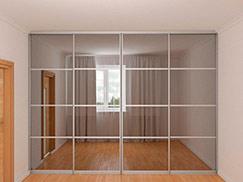 Встроенный вдоль стены шкаф-купе шириной  3,44 м с зеркалом графит