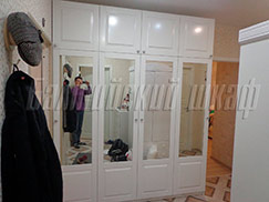 Белый зеркальный распашной шкаф в классическом стиле для прихожей
