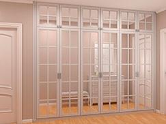 Белый классический шкаф встроенный в прихожую