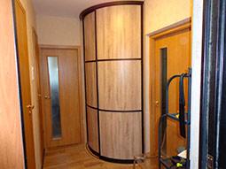 Недорогой встроенный радиусный шкаф-купе в узкий коридор