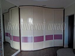 Радиусный встроенный шкаф-купе для большой комнаты