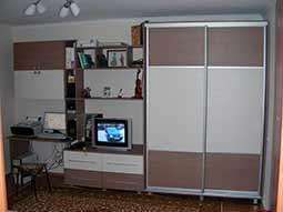 Гостиная со шкафом-купе и столом для компьютера